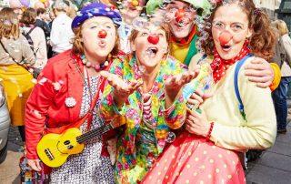 clowns-bei-konfettiImKopf